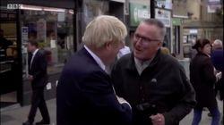 La forma de este viandante de 'encararse' con Boris Johnson es... bueno, juzga tú