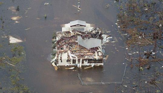 Βάρκες στη στεριά, σπίτια στο νερό και δέντρα στο έδαφος. Όσα άφησε στο πέρασμά του ο τυφώνας