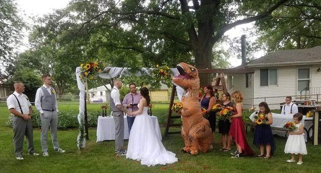 Είπε στην αδερφή της να βάλει «ό,τι θέλει» στον γάμο της - Και ντύθηκε