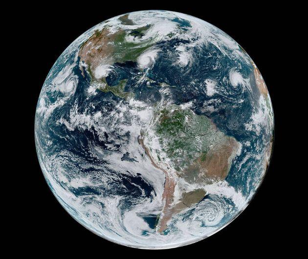 La Nasa a partagé une photo prise de l'espace sur laquelle on peut voir l'ouragan Dorian aligné avec...