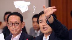 김진태 의원은 조국 후보가 제출한 서류를 찢어