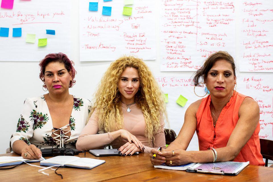 Lesly Herrera Castillo, Jonahi Rosa e Joselyn Mendoza na sede da LGBT Network, em Nova