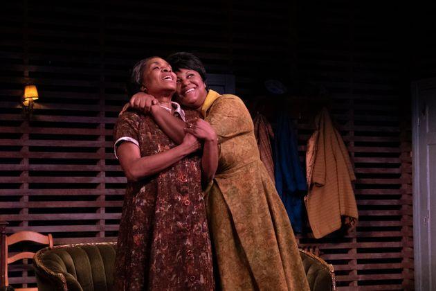 Mireille Métellus joue Lena, la matriarche de la famille, et Myriam De Verger interprète...