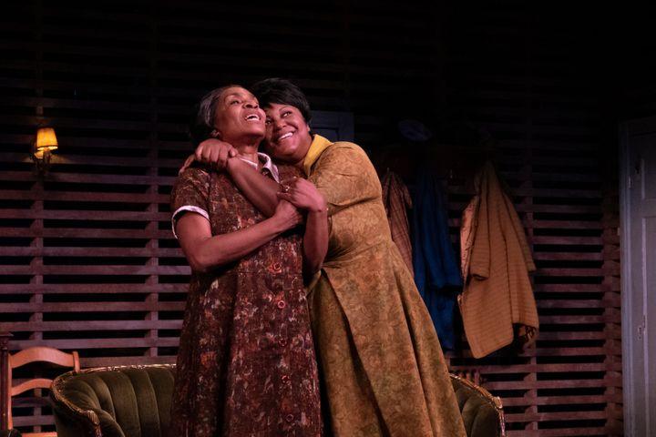 Mireille Métellus joue Lena, la matriarche de la famille, et Myriam De Verger interprète Ruth, sa belle-fille, dans «Héritage».