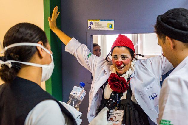 Para os Doutores da Alegria, surpreender a enfermeira também pode ser um risco num hospital.