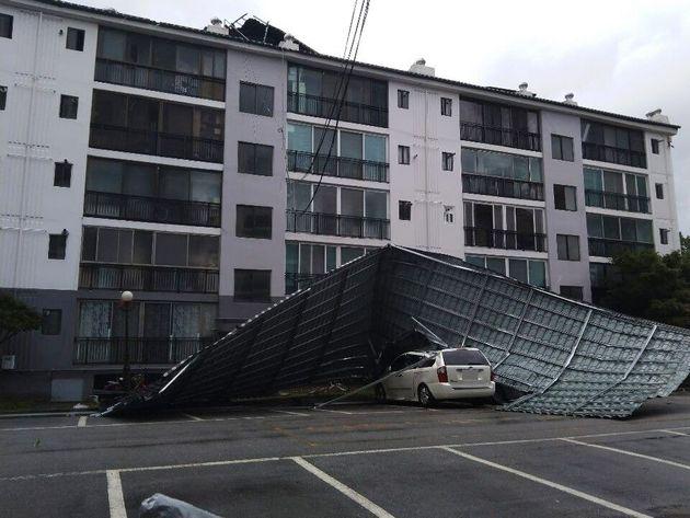 7일 오전 7시15분께 전북 남원시 향교동의 한 아파트 지붕의 덮개가 초속 20m의 강풍에 날려 인근 주차장에 떨어졌다. 이 사고로 주차장에 있던 차량 6대가 파손됐으며 인근에 사람이...