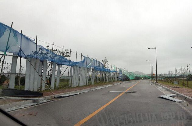 태풍 '링링'이 서해안으로 북상 중인 7일 오전 전남 목포시 달동 한 공사현장의 철제 안전펜스가 무너져