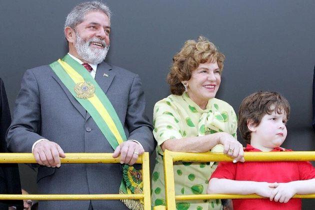 Ex-presidente Lula, dona Marisa e o neto Alexandre assistem ao desfile da Independência em