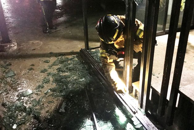 제주시 노형동의 한 건물 유리창이 강풍에 깨져 소방대원들이 안전조치를 하고