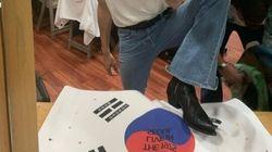 영국 밴드 The 1975가 태극기를 밟고 찍은 사진을 올려