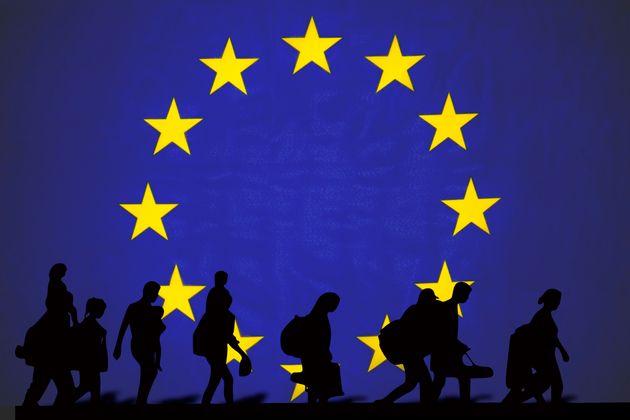 EU Flagge mit Flüchtlingen, Einwanderung und Austritt