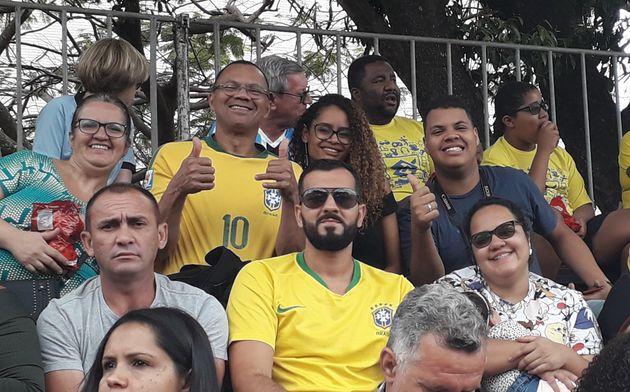 Eleitores de Bolsonaro: Bruno Lima (camisa Brasil e óculos escuro) e a esposa Mariana Lima, com...