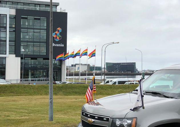 Banderas arcoiris frente a la delegación de