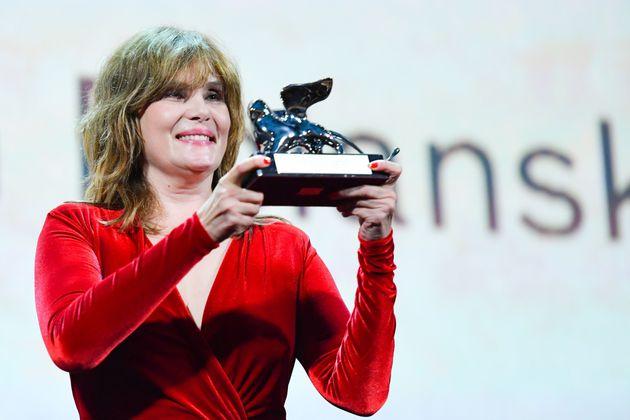 Emmanuelle Seigner récupérant le Lion d'Argent Grand Prix du jury remporté...