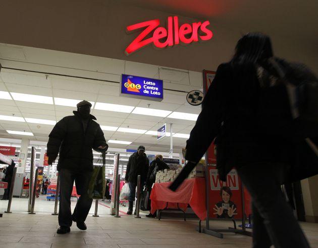 Les clients vont et viennent au magasin Zellers à Gerrard