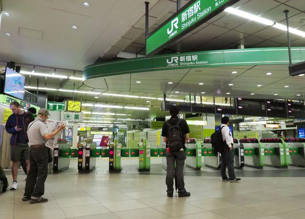 台風15号の影響で始発から運転を見合わせたJR東日本の電車の再開を待つ人たち=9日午前、JR新宿駅