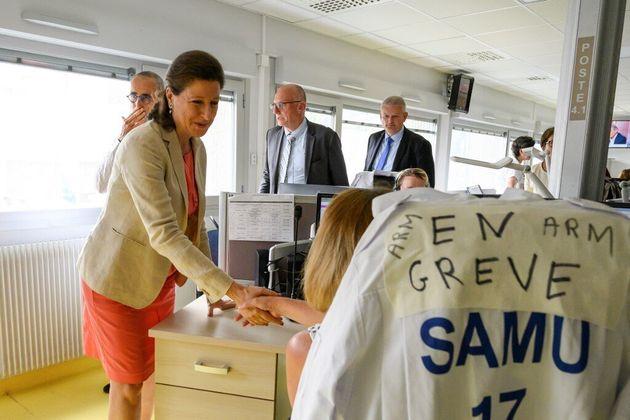 Agnès Buzyn, ici en visite au centre hospitalier de la Rochelle en juillet 2019, joue ses dernières cartes...