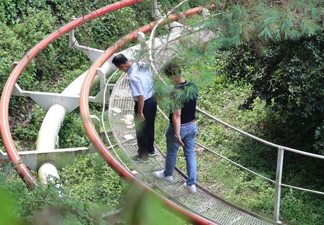 대구 달서구 두류동의 놀이공원 이월드에서 놀이기구 안전사고 현장감식을 앞두고 경찰이 사고현장을 살펴보고