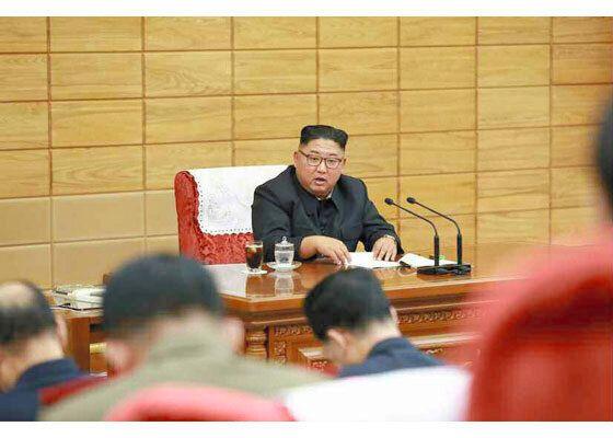 台風13号が上陸する前の6日、朝鮮労働党中央軍事委員会の非常拡大会議を招集して万全の対応を指示する金正恩党委員長(労働新聞ホームページから)