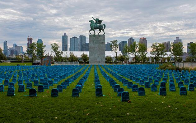 Ένα νεκροταφείο με 3.758 σχολικές τσάντες αντί για ταφόπλακες για κάθε παιδί -θύμα πολέμου το