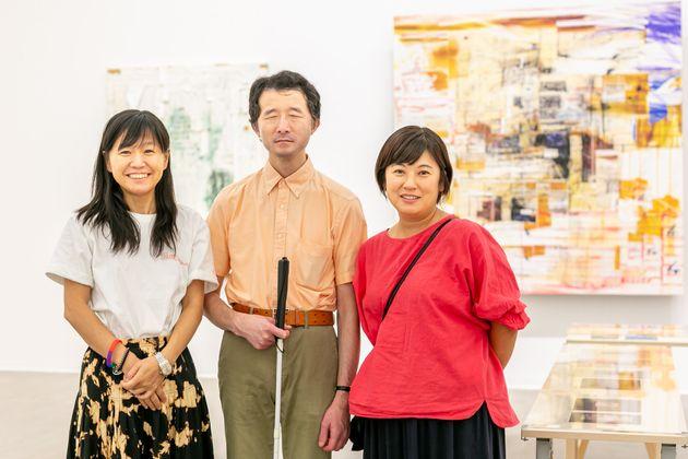 (左から)佐久間裕美子さん、白鳥建二さん、著者の川内有緒さん。
