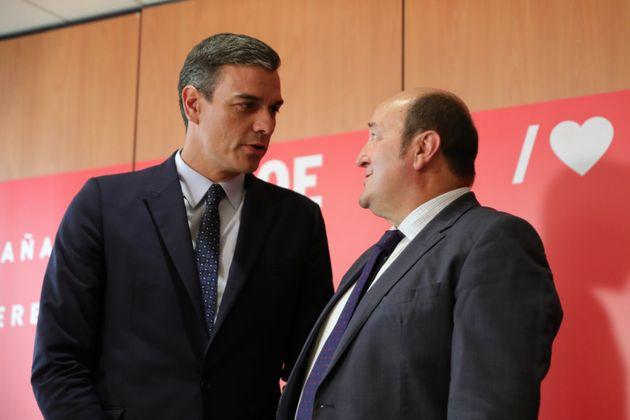 El presidente del Gobierno en funciones, Pedro Sánchez, y el presidente del PNV, Andoni