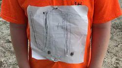 Bambino bullizzato per la t-shirt disegnata a mano. L'università la trasforma nella maglietta