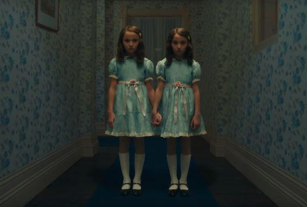 As irmãs Sadie e Kk Heim são as novas interpretes das assustadoras gêmeas
