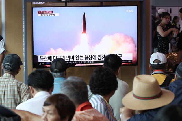 지난 8월 2일서울역에서 시민들이 북한의 단거리 발사체 발사 관련 뉴스를 지켜보고