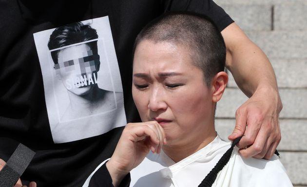 이언주(무소속) 의원이 10일 서울 여의도 국회 본청 계단에서 삭발식을 하고