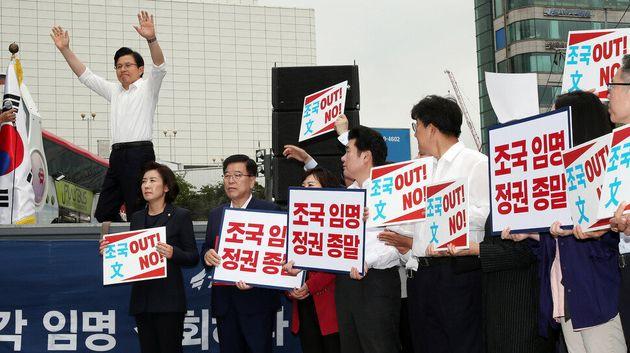 황교안 자유한국당 대표가 10일 오전 서울 신촌에서 열린 자유한국당 '살리자! 대한민국 문재인 정권 순회 규탄대회'에서 발언하기 위해 단상에 오르며 손을 들어 인사하고