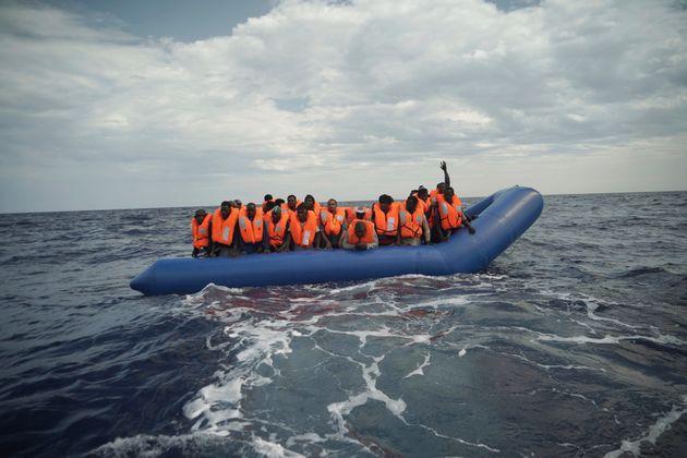 Des migrants sauvés par des ONGs, près des côtes libyennes.(AP Photo/Renata