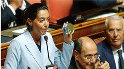 La senatrice Ronzulli spiega il suo dissenso al governo con tre oggetti: tonno, colla e
