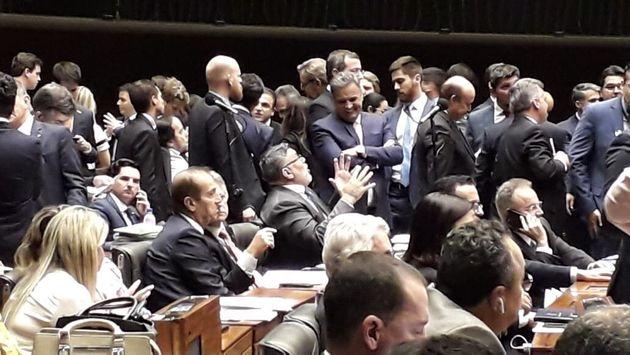 Bem-humorados, deputados do PSDB Alexandre Frota e Aécio Neves conversam no plenário da...