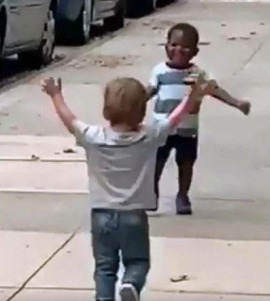 La historia detrás del vídeo de dos niños que ha dado la vuelta al