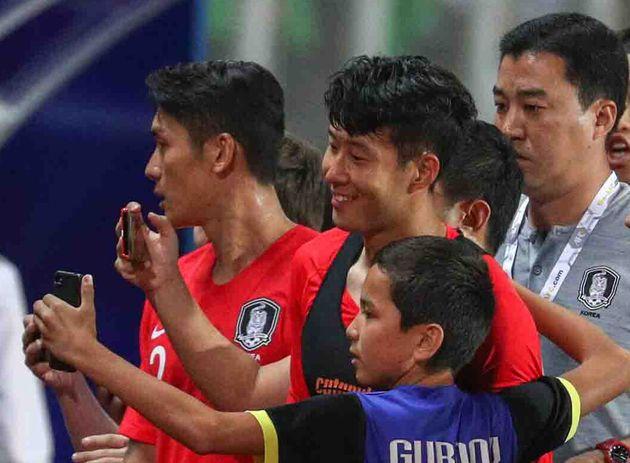 경기 종료 후 손흥민에게 사진을 요청하는 투르크메니스탄