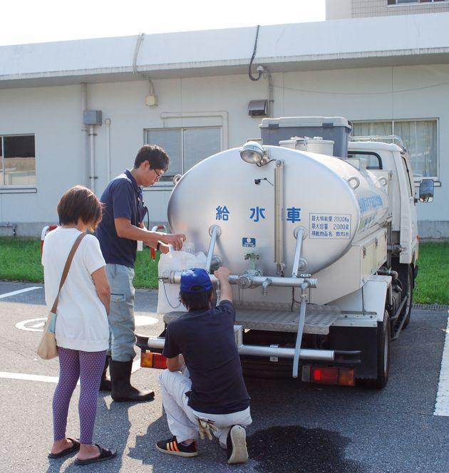 台風15号の影響による断水で、給水車に訪れた住民=10日、千葉県長南町