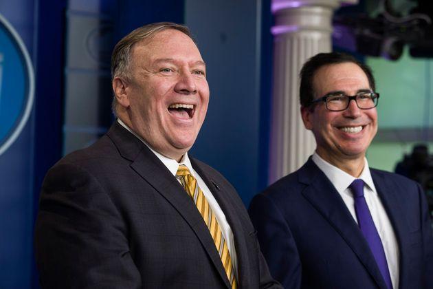 El secretario de Estado Mike Pompeo y el secretario del Tesoro Steve Mnuchin ríen durante una conferencia...