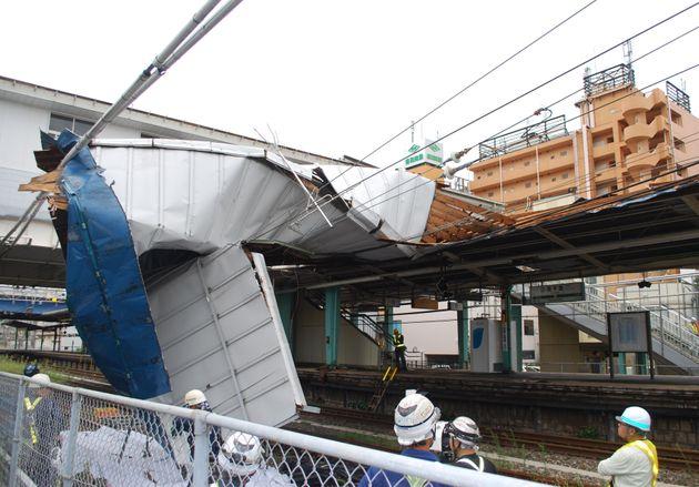 台風15号の暴風ではがれ落ちた駅の屋根=9月9日、千葉市中央区のJR東千葉駅