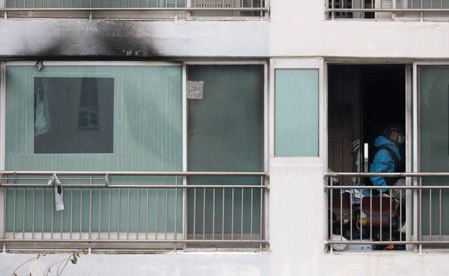 경찰과학수사대, 한국가스안전공사 등 관계자들이 화재가 발생한충남 천안 한 아파트의 현장감식을 하고