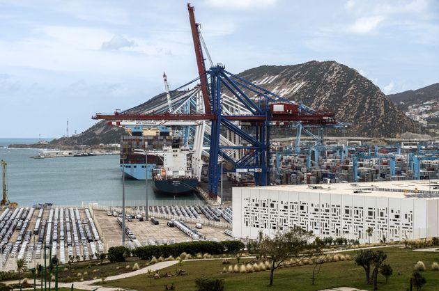 Navire de fret transporté par des grues dans le port à conteneurs de Tanger-Med et le terminal...