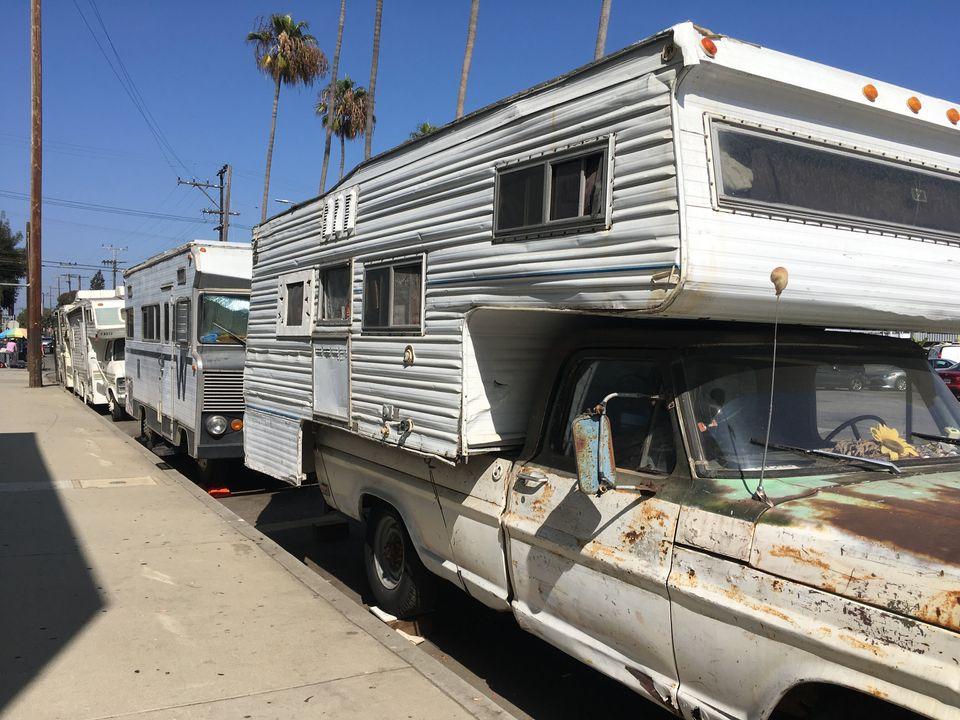 À Los Angeles, les vans et camping-cars font désormais partie du paysage de certaines rues, comme celle-ci,...