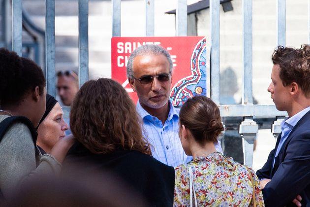 Tariq Ramadan, ici le 30 août devant le Palais de justice de Paris, a obtenu que son livre puisse...