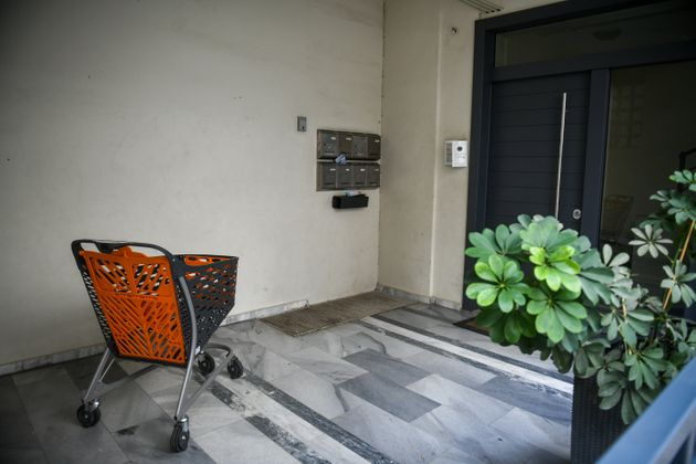 Η είσοδος της πολυκατοικίας...