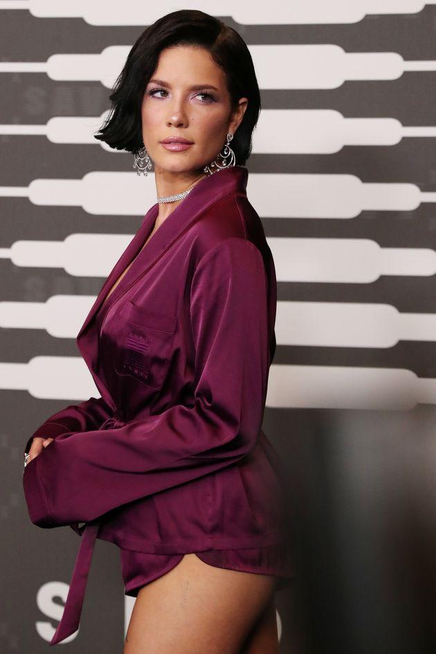 Ν.Υόρκη: Η εκθαμβωτική Ριάνα πρωταγωνιστεί σε επίδειξη εσωρούχων και αφήνει τους θαυμαστές της