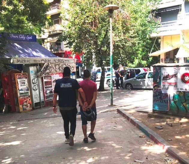 Οι πρώτες φωτογραφίες από τις συλλήψεις διακινητών στην πλατεία