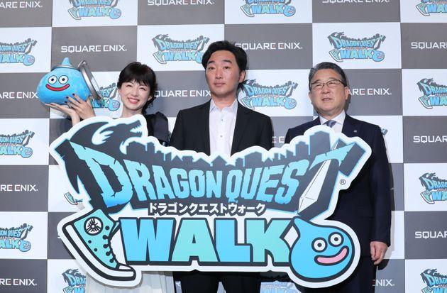 ドラクエウォーク発表会の写真。(左から)平井理央、小沢一敬、徳光和夫
