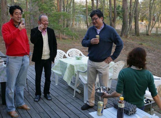 (왼쪽부터) 아베 신조 총리, 가케 고타로 이사장, 하기우다 고이치
