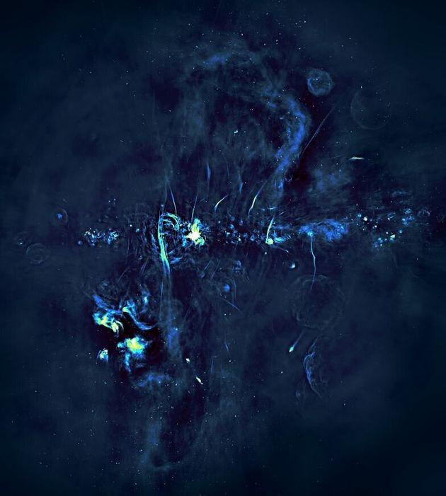 Γιγάντιες «φυσαλίδες» που εκπέμπουν ραδιοκύματα εντοπίστηκαν πάνω από το κέντρο του γαλαξία