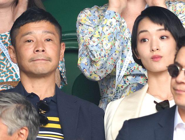 2019年7月、テニスのウィンブルドン男子シングルス決勝を観戦する前澤友作さんと、剛力彩芽さん(右)